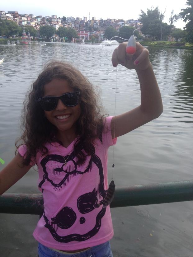 Camille comemorando o 1º peixe